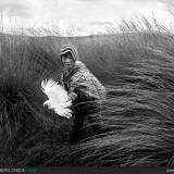 Bambina che gioca con il gallo.