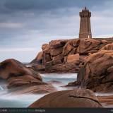 Il Faro Ploumanac'h sulla Costa di Granito Rosa, Bretagna.