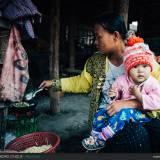 Giovane donna con figlio a colazione