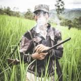 Laos - Cacciatore della tribù degli Akha-Noukouy sulle remote montagne intorno a Phongsali.