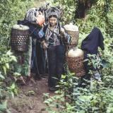 Laos - Donne della tribù degli Akha-Noukouy, nel loro compito quotidiano del procurarsi acqua dolce, per il fabbisogno della famiglia.