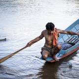 Laos - Pescatore sul fiume Nam Ou, che controlla le sue reti.