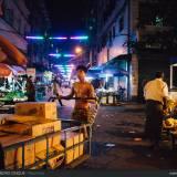 Tra le strade diroccate della città vecchia di Yangon