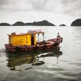 Vietnam - Imbarcazione nella baia dell'isola di Cat Ba.
