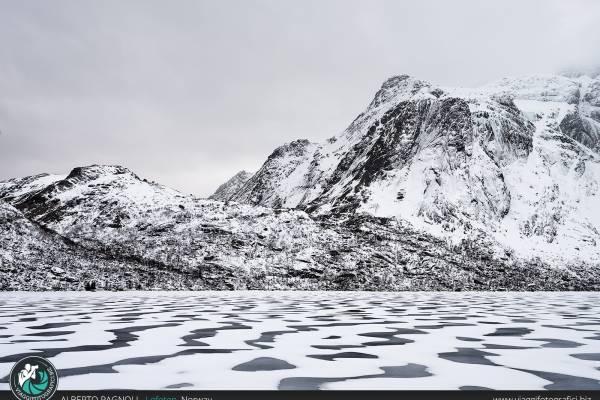 Fiordo ghiacciato alle Lofoten.
