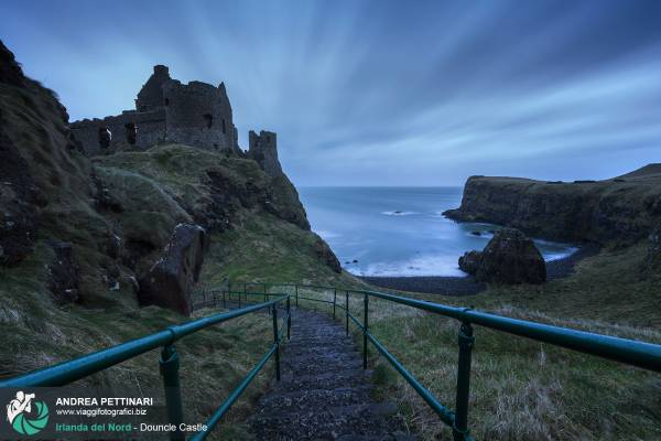 Dunluce Castle è un suggestivo maniero in rovina sulle scogliere a picco sul mare