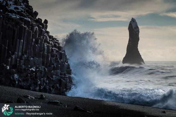 Reynisfjara: spiaggia nera situata lungo la scogliera di Reynisfjall