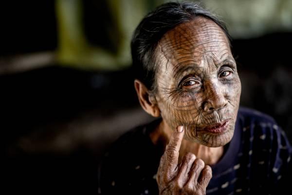 Donne tatuate dei villaggi Chin, Mrauk U - Myanmar.