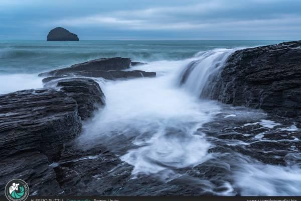 Trebarwith Strand, tra spiaggia, sassi e sceniche rocce.
