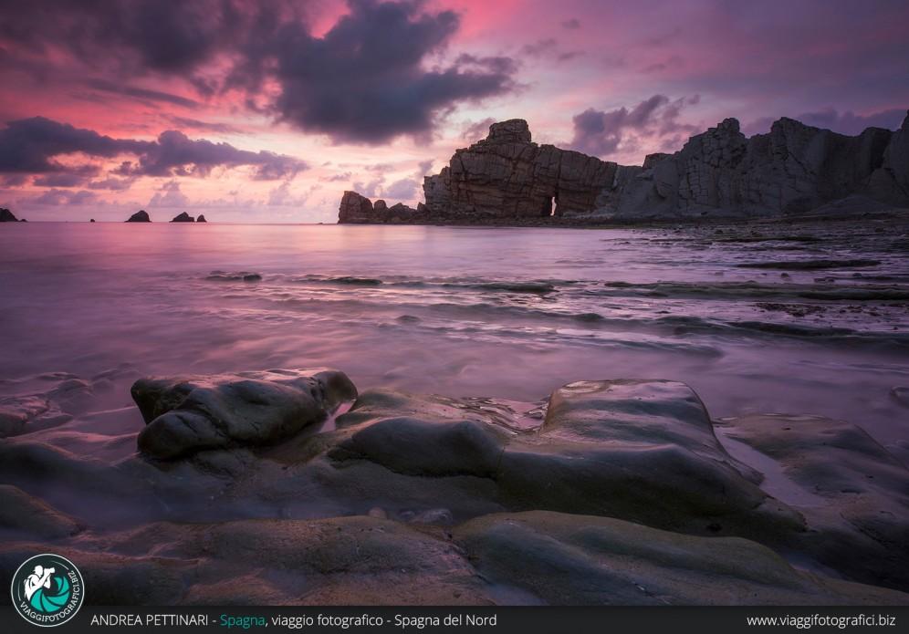 tramonto e rocce con bassa marea