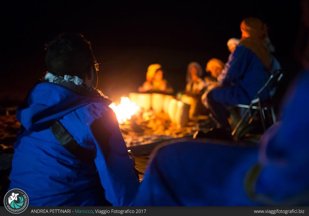Tutti attorno al fuoco nella notte nel deserto