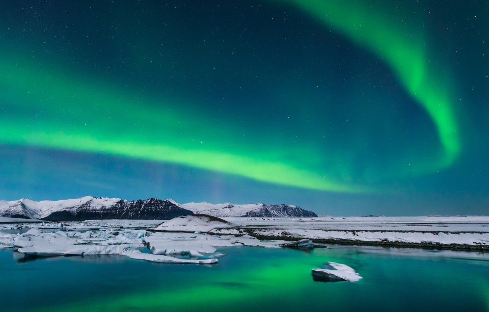 Aurora borele nella laguna di Jokulsarlon