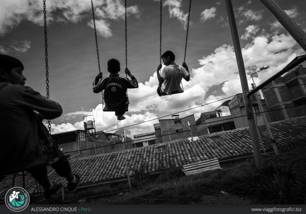 Bambini che giocano a Puno, Perù.