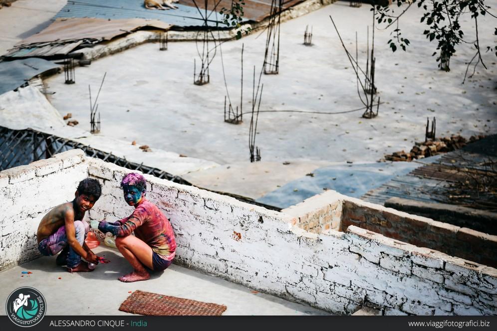 Bambini sui tetti dopo l'Holi festival.