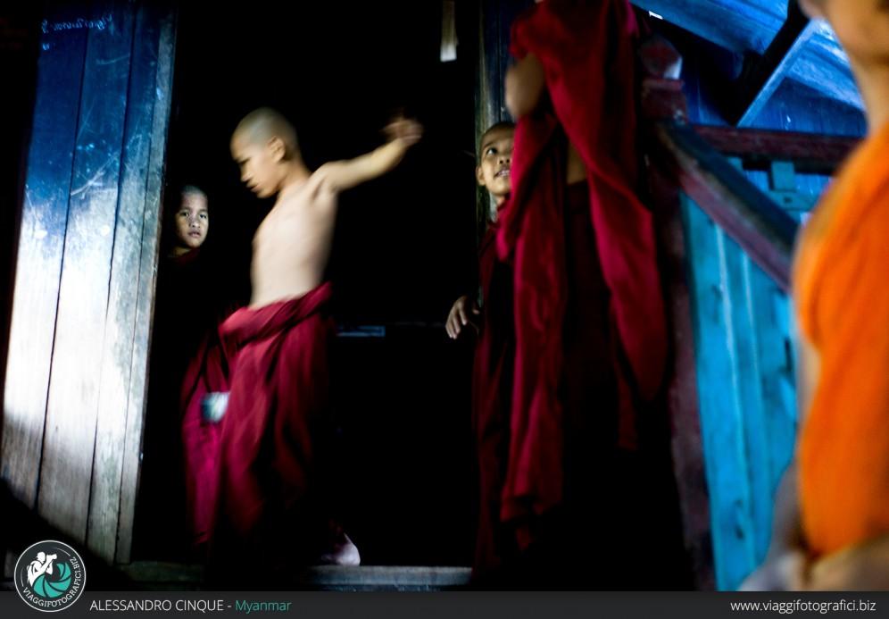 Birmania: monaci che giocano.
