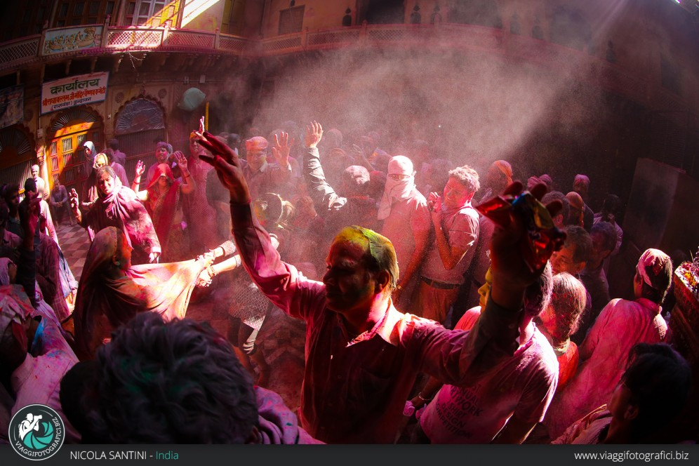 Danze popolari all'holi festival 2015 in India.