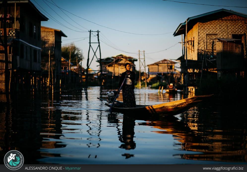 """Donna nella """"Venezia"""" Birmana, lago Inle."""
