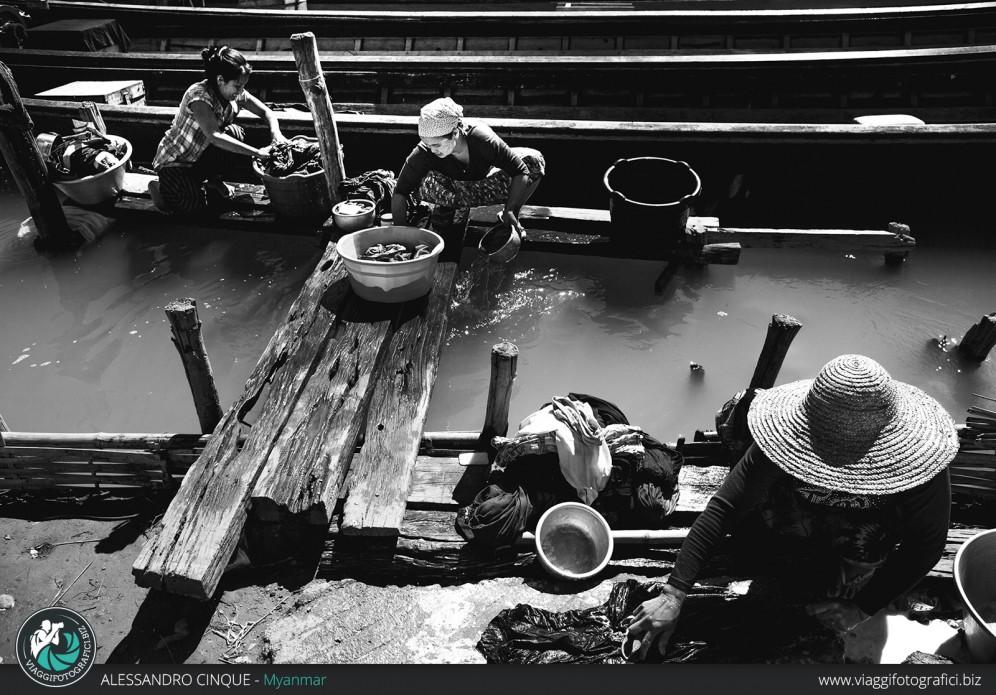 Donne lavano i vestiti al lago.