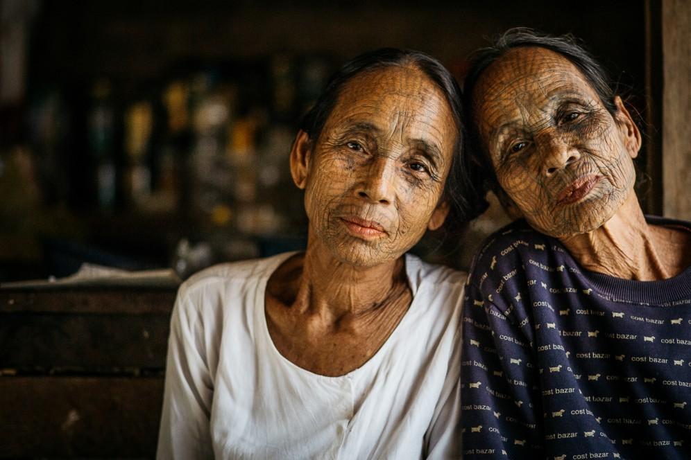 Donne birmane tatuate sul viso, villaggi Chin.