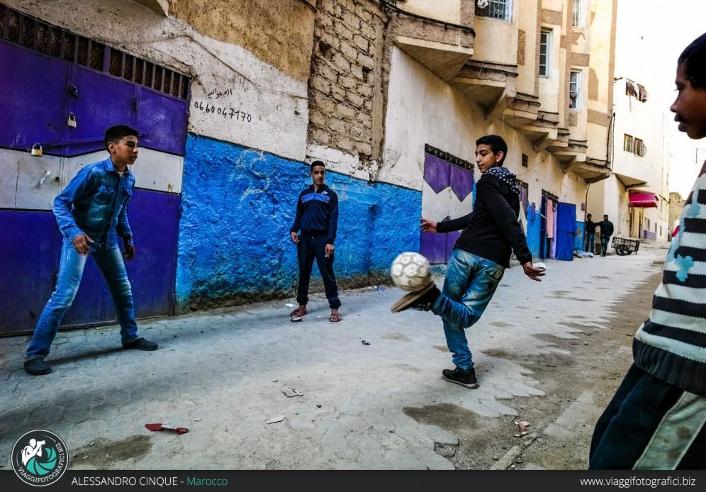 Giochi nel blu a Chefchaouen, Marocco