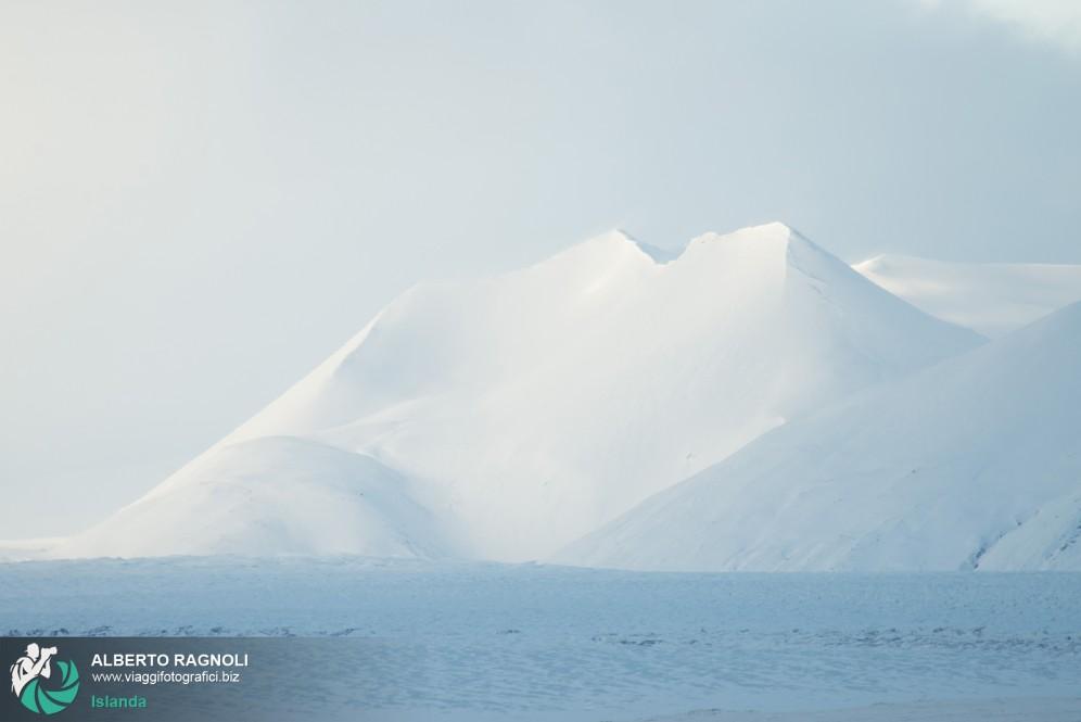 Inverno in Islanda: Marzo 2014. Neve sule montagne del ghiacciaio Vatnajokull..