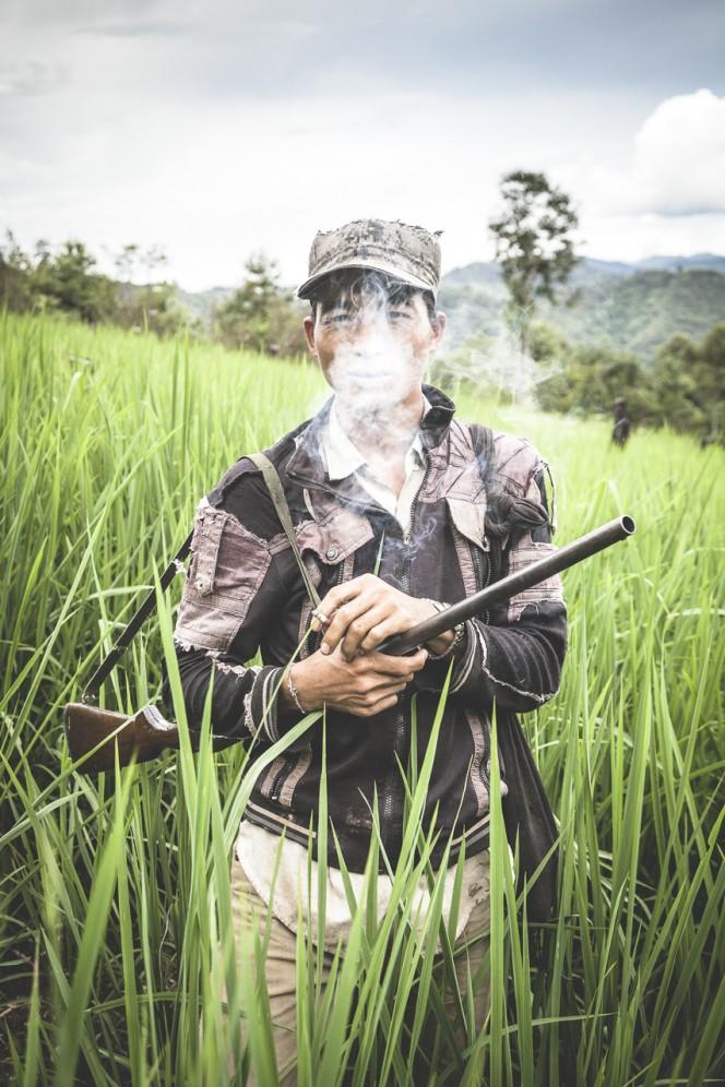 Laos - Cacciatore della tribù degli Akha-Noukouy sulle