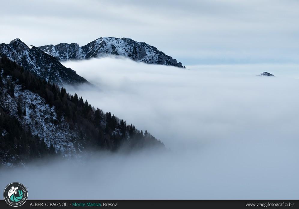 Gli splendidi monti bresciani sommersi da un mare di nubi.