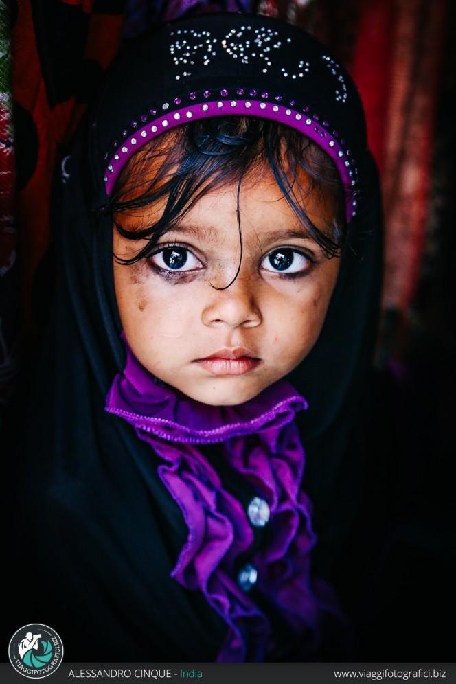 New Delhi, ritratto di una bimba al mercato.