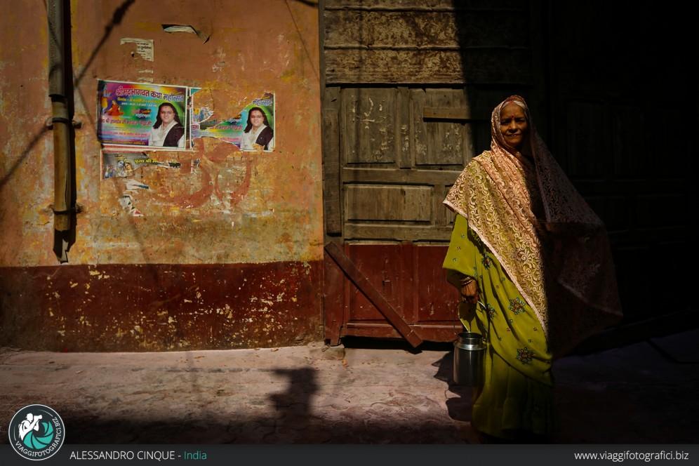 Nuova Delhi, giochi di luce su una donna al tramonto.