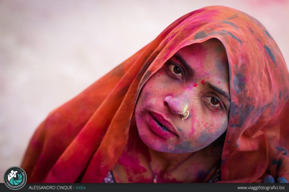 Vrindavan,  ritratto di una donna dopo l'holi festival.