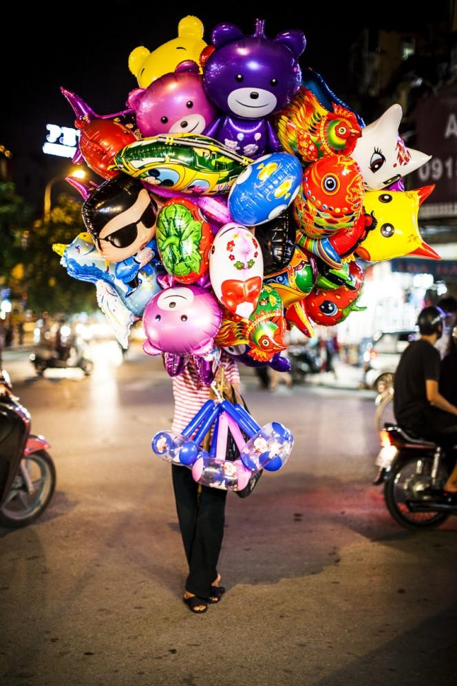 Vietnam - Venditrice di palloncini nelle strade della vecchia Hanoi
